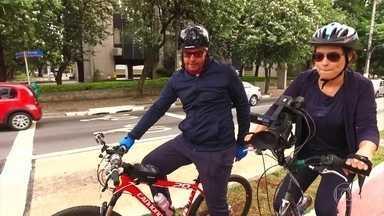 Bicicleta também pode ser um bom meio de transporte urbano - Pela primeira vez, Michelle Loreto resolve usar a bicicleta para ir ao trabalho. Fernando Rocha, que já aderiu a esse costume, acompanha na jornada.