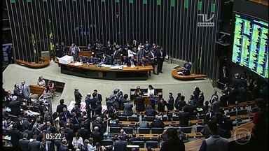 Câmara dos Deputados cassa o mandato de Eduardo Cunha por 450 a 10 - A votação terminou no fim da noite de segunda-feira (12). Com a decisão, Cunha perdeu o foro privilegiado e se tornou inelegível até 2027.