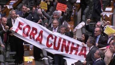 Na rápida votação, 450 deputados disseram sim à cassação de Cunha - Eduardo Cunha fez sua defesa, e ameaça: 'Amanhã, será com vocês também'. Ele atacou o PT e disse que cassação foi vingança pelo impeachment.