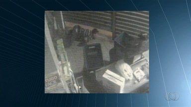 Jovem é morto ao fazer padeiro refém durante assalto, em Goiânia - Vídeo mostra momento em que suspeitos invadem supermercado; assista. Segundo PM, criminosos fizeram vários disparos contra a corporação.