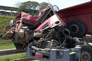 Acidente com duas carretas interditou a rodovia Ayrton Senna em Itaquaquecetuba - Veículo transportava areia e carga ficou espalhada pela rodovia.