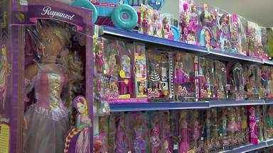 """Comércio de Juiz de Fora se prepara para o Dia das Crianças - Brinquedos movidos pela tecnologia e boneca que faz """"quase tudo"""" são os preferidos."""