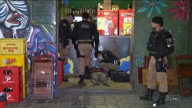 Dois homens foram baleados e outros dois presos no Largo da Ordem, em Curitiba - Os disparados ocorreram dentro de um bar. Houve perseguição policial.