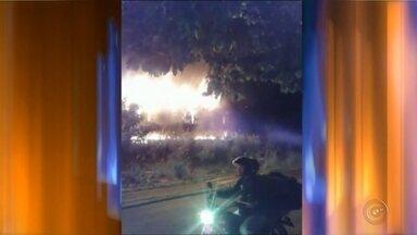 Vagão de trem pega fogo em linha férrea de Bauru e mobiliza bombeiros - Um vagão de trem pegou fogo na noite de quinta-feira (15), na linha férrea localizada na Vila Falcão, em Bauru (SP). O incêndio foi registrado por um telespectador da TV TEM, que enviou as imagens à equipe de reportagem.