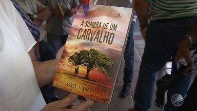 """Livro conta a história do criador da primeira agência de publicidade da Bahia - Confira os detalhes de """"À sombra de um Carvalho"""", de Achel Tinoco."""