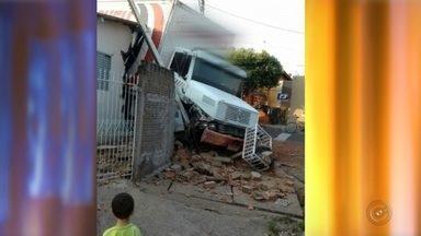 Caminhão desgovernado bate em muro e invade casa em Mirassol - Um caminhão desgovernado bateu em um muro e invadiu parte de uma casa neste domingo (18) no bairro Vale do Sol, em Mirassol (SP). Segundo a polícia, um morador contou que o caminhão perdeu o freio. Apesar do susto e do estrago, ninguém se machucou.