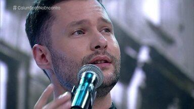 Calum Scott fala da emoção de cantar no encerramento da Paralimpíada - Inglês está no Brasil pela primeira vez e se apresenta no palco do 'Encontro' com a música 'Dancing On My Own'