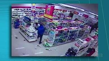 Guarda Municipal de folga impede assalto a farmácia - Ele lutou com o assaltante, que foi contido e preso com a ajuda de outro homem.