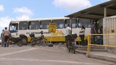 Empresa de transporte é alvo de bandidos no Grande Recife - Homens usaram um ônibus para derrubar parede.