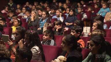 """Crianças de escolas públicas participam do projeto """"Alma Brasileira"""" - A apresentação reúne canções de grandes nomes da música nacional"""