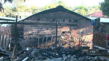 Bombeiros evitam que incêndio se alastre pela vizinhança - Fogo atingiu o cômodo de uma casa na região do Porto Meira.