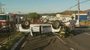 Caminhonete capota na Avenida Meira Júnior em Ribeirão Preto, SP - Motorista e passageiro foram levados a hospital com ferimentos leves.