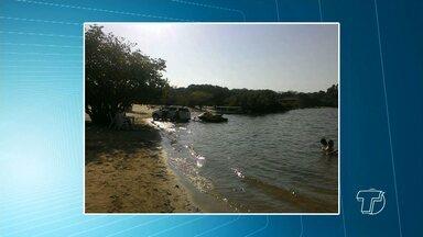 Carros são flagrados circulando na praia em Alter do Chão durante o Sairé - . Semma vai intensificar as fiscalizações no balneário.