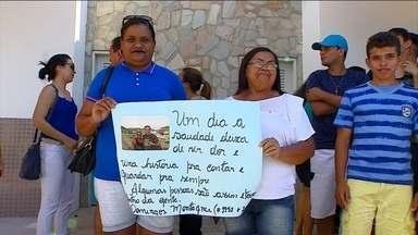 Família, amigos e fãs fazem homenagem ao ator Domingos Montagner - Parentes e amigos se uniram na missa pelo sétimo dia da morte de Domingos Montagner em uma igreja em São Paulo. Em Sergipe, as homenagens aconteceram às margens do Rio São Francisco, em frente ao local onde o ator morreu.