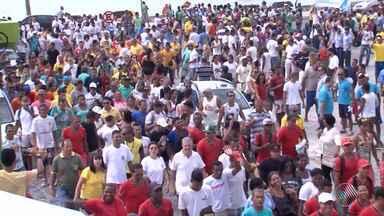 Funcionários, empresários e moradores fazem protesto contra demolições de barracas no sul - As barracas podem ser demolidas em Porto Seguro. A decisão partiu de denúncia do Ministério Público Federal, que pede a recuperação da vegetação nativa da área.