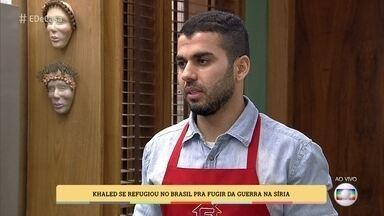 Refugiado sírio faz comidas típicas para sobreviver no Brasil - Khaled conta que os pais e uma irmã continuam vivendo na Síria. Ele fala da situação de guerra no país