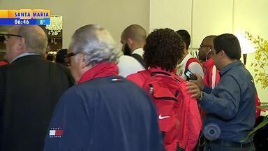 Inter deixa pressão de Porto Alegre e chega sem tumulto a Santos - Delegação esboçou poucos sorrisos na chegada ao hotel para confronto desta quarta-feira contra o time paulista, pela Copa do Brasil.
