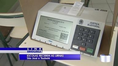 Locais de votação começam a receber urnas para eleições - Pleito acontece no próximo domingo (2).