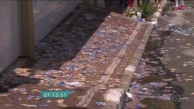 Pessoas são flagradas fazendo propaganda eleitoral em Osasco e Guarulhos - A equipe de reportagem do BDSP flagrou pessoas distribuindo santinhos próximo às seções eleitorais. Uma grande quantidade de papel ficou espalhada pelas ruas e calçadas das cidades de São Paulo.