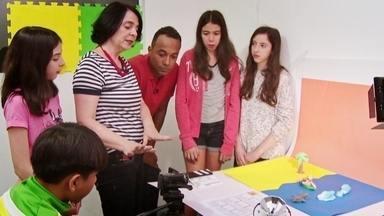 Hoje é dia de desenho animado: animação em massinha - Alexandre Henderson acompanha uma oficina onde as crianças aprendem a fazer stop motion, a animação em massinha.