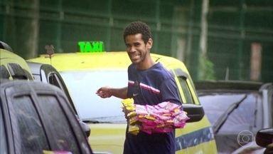 Vendedor de balas em sinal de trânsito anda 30 quilômetros por dia - É assim que Pedro Paulo, desempregado, sustenta a mulher e dois filhos. Já vendedor de guarda-chuvas ganha até R$ 300 por dia quando chove.