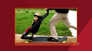 Skate com carrinho de bebê anima vida de pais radicais - Ideia partiu da adaptação da parte de cima do carrinho na prancha do skate. E tem cinto de segurança para a criança se acostumar com a velocidade desde cedo.