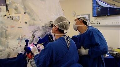 Professor de física passa pelo teste mais delicado da vida em operação - Enquanto enfrentava cirurgia no cérebro, acordado, teve que fazer cálculos.
