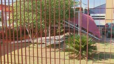 Vendaval deixa 700 alunos de Vargem Grande do Sul sem aula - A escola Nair Bolinha está fechada depois do vendaval que atingiu a cidade.