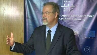 Ministro da Defesa diz que Força Nacional pode ficar no Rio - O pedido do governo do estado ainda está sendo analisdao. Raul Jungmann disse que o país enfrenta um crise na segurança e que o governo federal já prepara uma força tarefa para enfrentar o problema.