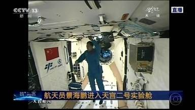 Astronautas chineses acoplam nave espacial em laboratório espacial - O laboratório Tiangong Dois, fica a cerca de 400km da Terra. O momento da acoplagem foi transmitido ao vivo pela TV estatal chinesa. Os astronautas vão trabalhar durante 30 dias no laboratório, o que deve fazer dessa missão espacial a mais ambiciosa.