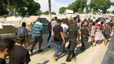 Enterrados os corpos dos 4 mortos na chacina de São João de Meriti - Todas as vítimas eram parentes de um policial militar. A mãe, duas crianças e o irmão do agente foram assassinados em casa, num dos acesos ao Morro Azul.