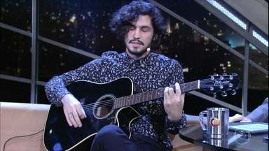 """Gabriel Leone canta """"Réquiem Para Matraga"""" - Música de Geraldo Vandré fazia parte da trilha sonora da novela """"Velho Chico"""" e era tema de Santo, personagem do ator Domingos Montagner"""