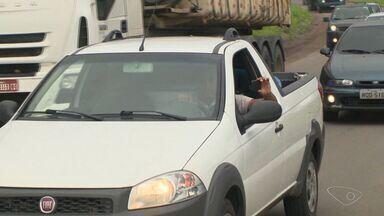 Mais de 20 motoristas são multados ao pararem em acidente no ES - Eles estacionaram para fotografar colisão entre ônibus e carro.