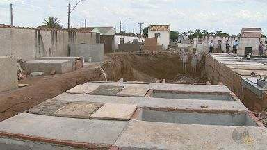 Moradores de Brodowski, SP, criticam obras de ampliação no cemitério - Eles afirmam que os corpos estão sendo enterrados em túmulos que ainda não estão prontos.