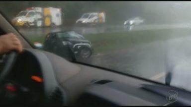 Acidente entre Sertãozinho e Barrinha mata jovem e deixa motorista ferida - Veículo capotou na Rodovia Carlos Tonani durante chuva na tarde de sexta.