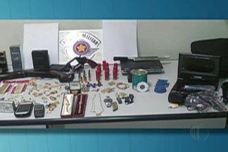 Três homens suspeitos de furtar um sítio em Guararema são presos - Polícia abordou um dos suspeitos, que confessou o crime.