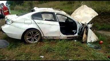 Acidente mata criança e fere quatro pessoas na BR-060, em Alexânia - Vítimas estavam em um carro, que saiu da pista e bateu contra barranco.