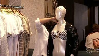 Calor dos últimos dias aquece vendas no comércio moda praia no Sul do Rio - Altas temperaturas registradas já na primavera estão ajudando os comerciantes da região a aumentarem os lucros.