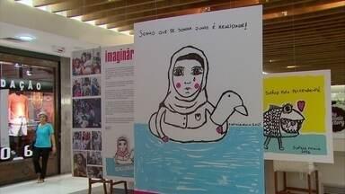 Sofrimento das crianças refugiadas sensibiliza menina de 10 anos, que escreve um livro - Exposição está em cartaz no Shopping Plaza e tem entrada gratuita.