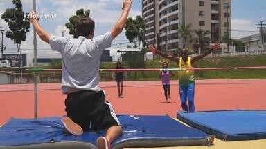 Zappirando: Moacyr Massulo supera expectativa em salto com vara - Apresentador ficou surpreso com o desempenho.