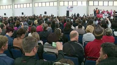 Professores se reúnem em assembleia para decidir se termina ou não a greve - Reunião começou por volta das 9h.
