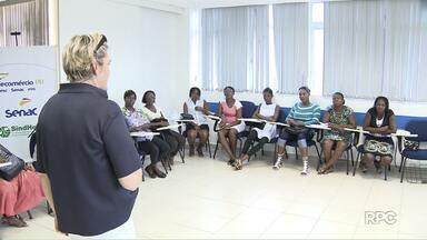 Curso oferece aprendizado para estrangeiros que vieram tentar a vida em Londrina - O curso de capacitação para camareiras quer diminuir o drama de imigrantes haitianos que buscam emprego.