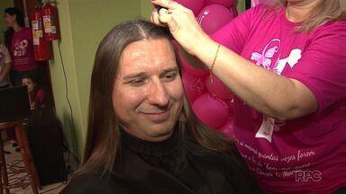 Médico deixou o cabelo crescer para doar às pacientes em tratamento contra o câncer - O médico deixou o cabelo crescer por dois anos. Ele ainda raspou a cabeça em homenagem às mulheres em tratamento contra o câncer de mama.