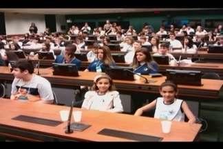 Alunos de escola estadual de Monte Carmelo participam de projeto 'Câmara Mirim' - Estudantes viajavam para Brasília onde participarão de evento nesta semana.