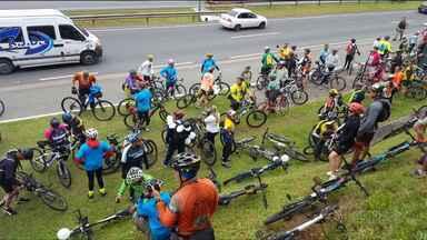 Ciclistas protestam na BR-277, em Curitiba - Eles pedem mais segurança depois da morte de um ciclista atropelado por um motorista que, segundo a polícia, tinha bebido.