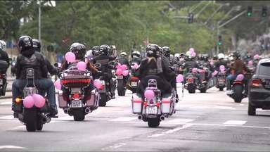Setecentos motociclistas fazem passeio solidário pra ajudar na luta contra o câncer - No Outubro Rosa, um grupo de apaixonados por motos se reuniu para uma ação em apoio ao hospital Erasto Gaertner. Eles arrecadaram aproximadamente 450 mil reais, que serão doados ao hospital.
