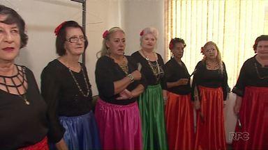 Idosos participam de mostra de talentos, em Ponta Grossa - Nem a falta de luz desanimou os idosos. Teve apresentação de dança, canto e mágica.