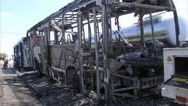Ônibus volta a ser incendiado em Fortaleza; é o 4º caso em 2 dias - Neste sábado, homens encapuzados puseram fogo em veículo na BR-116.