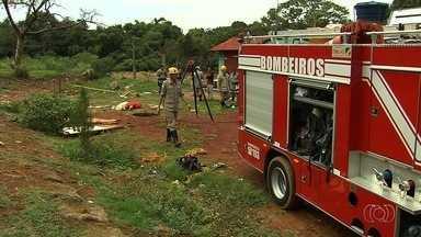 Dois homens morrem ao cair em cisterna no Jardim Itaipu, em Goiânia - Bombeiros dizem que vítimas pretendiam aprofundar poço quando caíram.Ambas foram retiradas sem vida do buraco de cerca de 10m de profundidade.