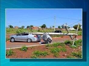 Moradores de três quadras de Guaraí ficam sem energia elétrica após carro bater em postes - Moradores de três quadras de Guaraí ficam sem energia elétrica após carro bater em postes